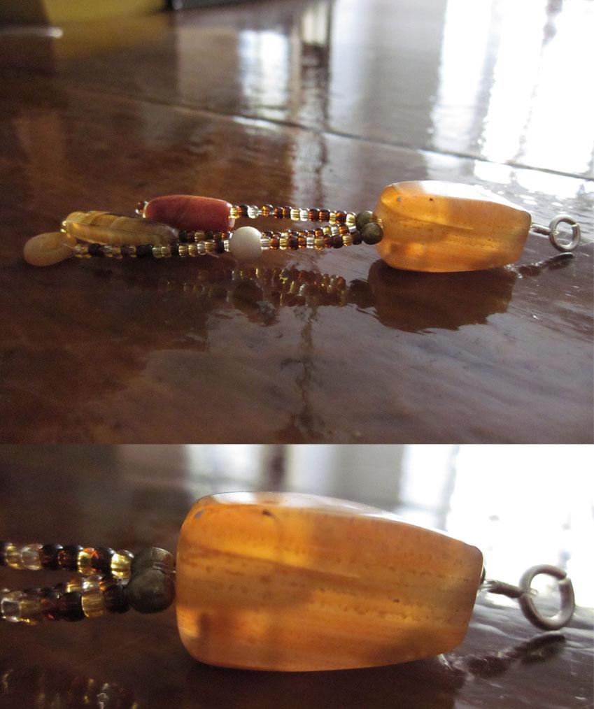 Pendant de cornaline, perles de verre, perles de rocailles et métal