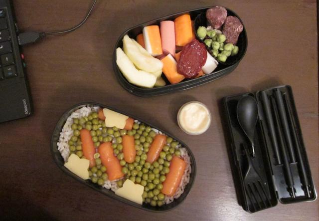 Boite à bento du jeudi 18 novembre 2010, riz, petits pois et carottes, surimi et saucisses, pommes, nounours en guimauve