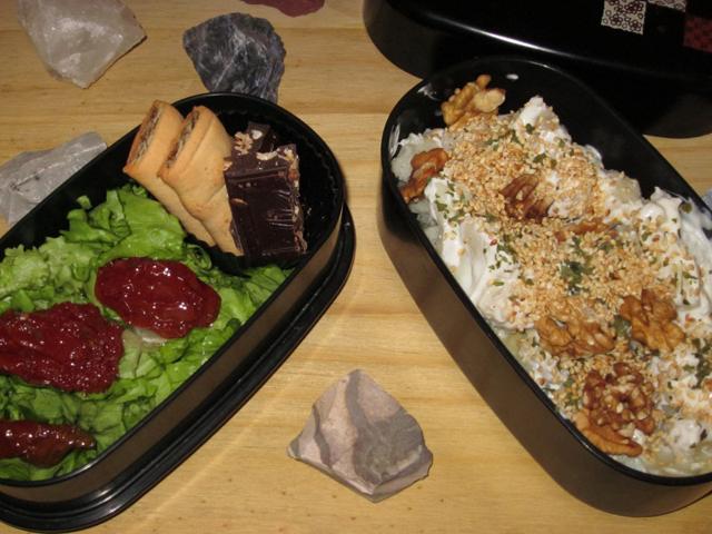 Bento avec chou-fleur et pommes de terre, noix et sésame grillé, salade et tomates séchées, chocolat et biscuits aux figues