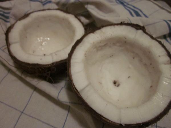 Noix de coco coupée en deux à l'aide d'un marteau