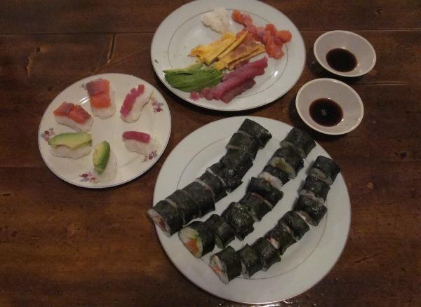 Les maki découpés, quelques nigiri faits avec la fin du riz, et le reste des ingrédients