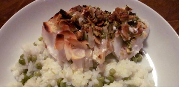 Cabillaud ail, persil et frauits secs, avec riz et petits pois