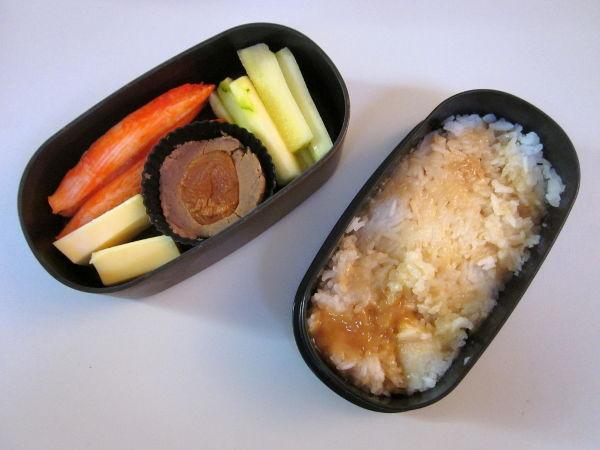 À gauche, surimi, meule de la Dent du Chat, purée de marron non sucrée avec abricot sec, concombre ; riz et sauce caramel.