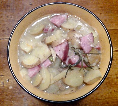 """""""Soupe"""" de patates et saucisse de Morteau au romarin"""