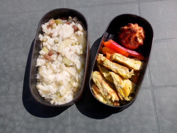 A gauche, ragoût de riz au fenouil. A droite, de bas en haut : omelette au wasabi, petites carottes cuites, rocher noix de coco qui déboîte.