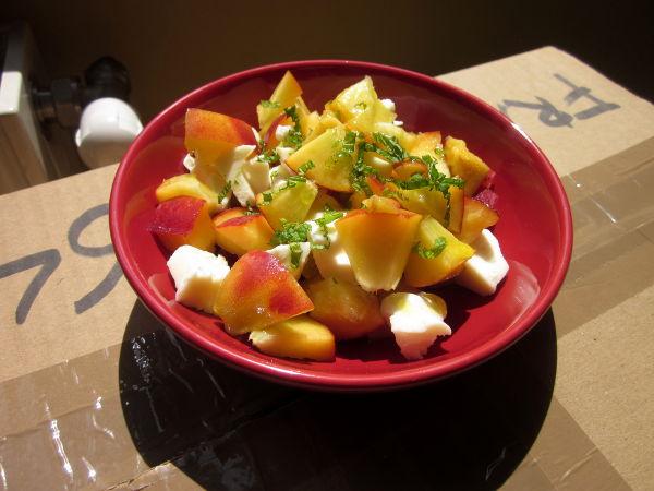 Salade pêches et mozzarella