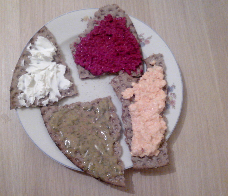 De gauche à droite et de haut en bas : fromage frais, crème de betterave, sauce moutarde/aneth, crème de carotte
